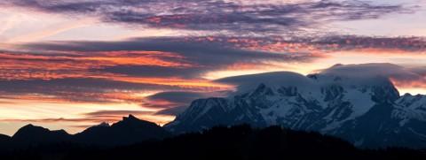 Le soleil se lève sur le mont Blanc et le ciel s'enflamme