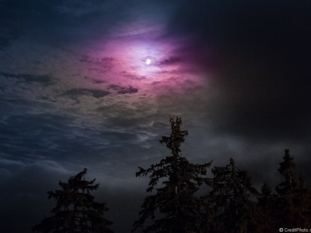 La lune et ses nuages