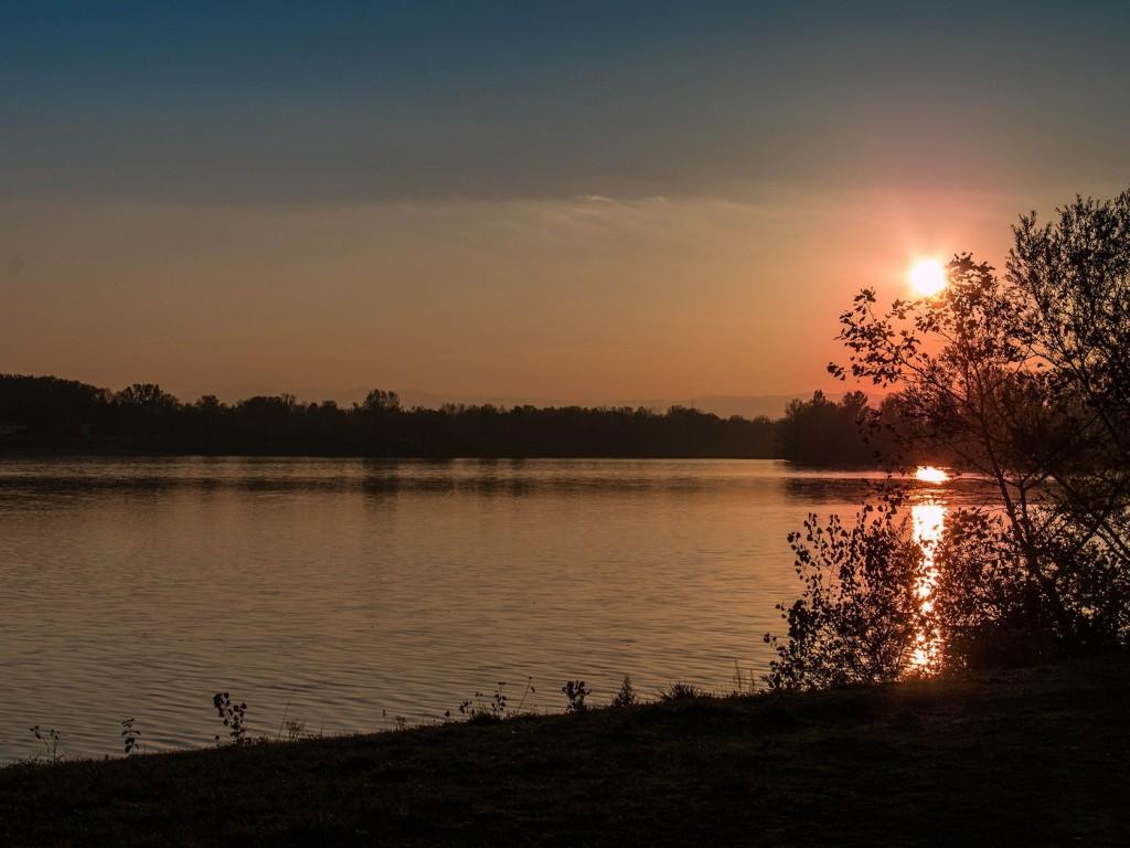 Coucher de soleil sur le lac de Miribel