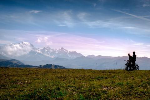 Photos d'un ciel bleu au dessus du Mont Blanc, admiré par une famille de vététtistes